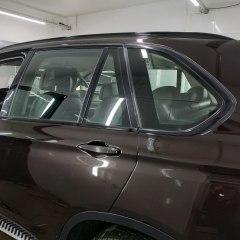 Тонирование задних стекол BMW X5 зеркальной пленкой.