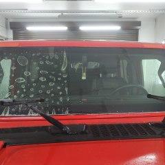 Оклейка лобового стекла Jeep Wrangler пленкой